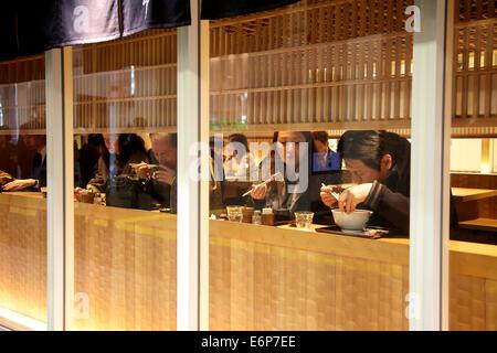 Japaner essen Nudelsuppe im Restaurant. Tokio, Japan, Asien