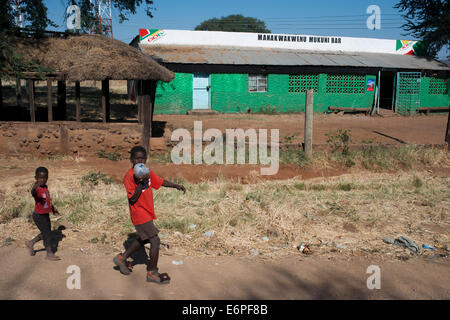 Landschaft mit einigen Häusern Mukuni Village.   Wie man fährt durch das Dorf zu den Strukturen, Besucher Ar erwähnt - Stockfoto