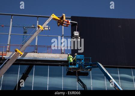 Dockland, Liverpool, Merseyside, Bau unterwegs auf der Fassade des neuen Kings Dock Exhibition Centre. Außenverkleidung - Stockfoto