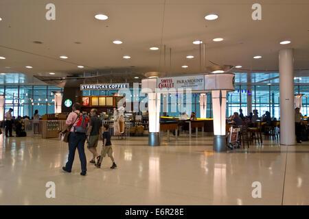 Restaurants und Essen am Toronto Pearson International Airport.  Swiss Chalet und Starbucks im Flughafen terminal - Stockfoto