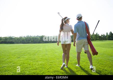 Junges Paar geht um Golf zu spielen - Stockfoto