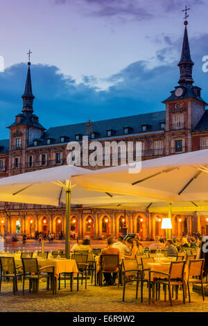 Outdoor-bar-Restaurant bei Dämmerung, Plaza Mayor, Madrid, Comunidad de Madrid, Spanien - Stockfoto