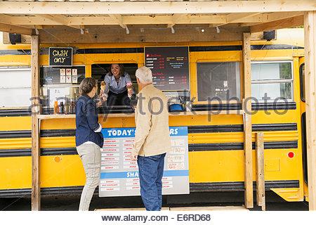 Älteres Ehepaar Eis am Imbisswagen kaufen - Stockfoto