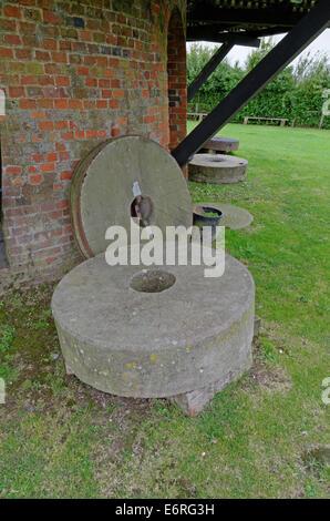 Mühlstein mahlen Räder bei Wilton Windmühle in der Nähe von Hungerford UK - Stockfoto