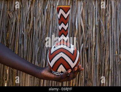 Anuak Stamm verziert Kaffeekanne, Gambela, Äthiopien - Stockfoto