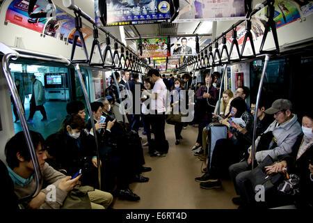 Japanische Schulmädchen Abstieg in einer u-Bahn zum