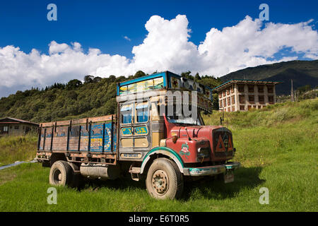 Ost Bhutan, Trashi Yangtse, Transport, LKW geparkt im Feld - Stockfoto