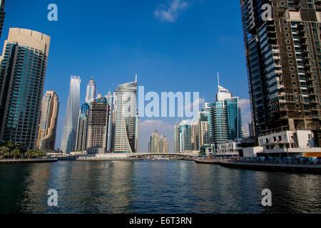 Blick auf moderne Wolkenkratzer in Dubai Marina in Dubai, VAE. Wenn die gesamte Entwicklung abgeschlossen ist - Stockfoto