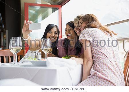 Frauen, die Handy-Bild im restaurant - Stockfoto