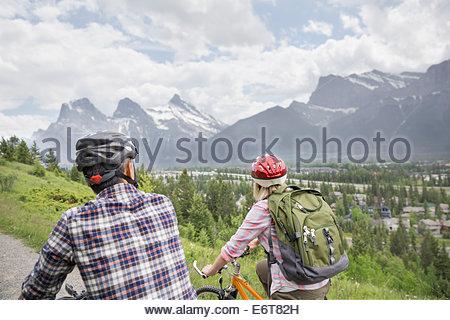 Paar Reiten Mountainbikes auf Hügel - Stockfoto