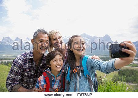 Familie Handy-Aufnahme auf ländlichen Hügel - Stockfoto