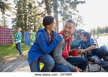 Familie entspannende zusammen auf Campingplatz - Stockfoto