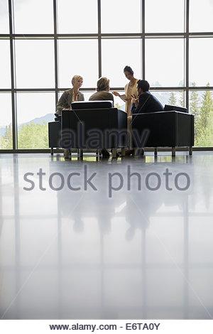Geschäftsleute treffen im Büro lobby - Stockfoto