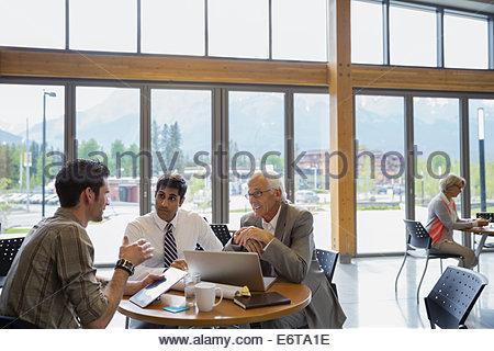 Unternehmer treffen reden - Stockfoto