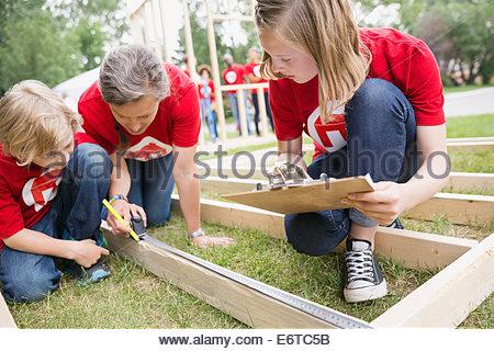 Freiwillige Messung Einbaurahmen mit Maßband - Stockfoto