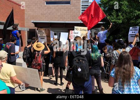 Denver, Colorado, USA. 30. August 2014. Aktivisten fordern Eintrag und eine Begründung für die Erschießung von Ryan - Stockfoto
