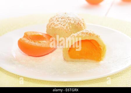 Knödel mit Aprikosen auf weißen Teller - Stockfoto
