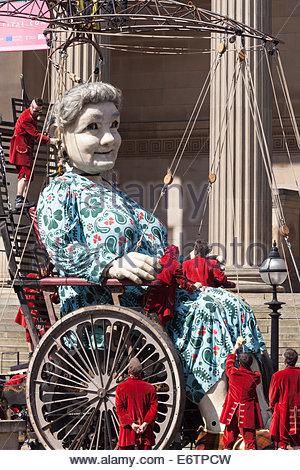 "[Großmutter Riese] sitzen im Rollstuhl, Liverpool, ""Royal de Luxe"" Marionette, [Erinnerungen an August 1914] - Stockfoto"