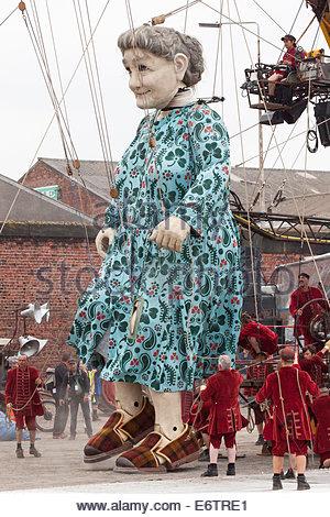 "[Riese Großmutter] Marionetten tanzen, [Clarence Dock], Liverpool, [Erinnerungen an August 1914] von ""Royal de Luxe"" - Stockfoto"