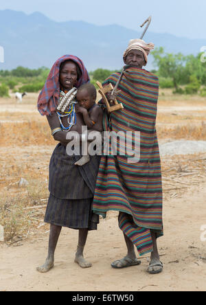 Erbore Stamm-Eltern mit einem Baby, Erbore, Omo-Tal, Äthiopien - Stockfoto