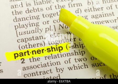 Das Wort Partnerschaft im Wörterbuch mit gelben Marker Textmarker hervorgehoben. - Stockfoto
