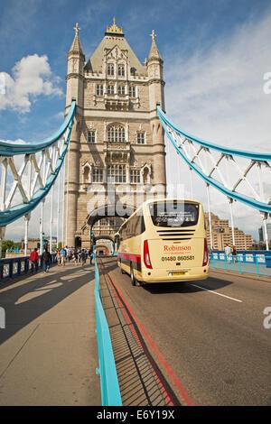Trainer fahren über Tower Bridge London Vereinigtes Königreich - Stockfoto