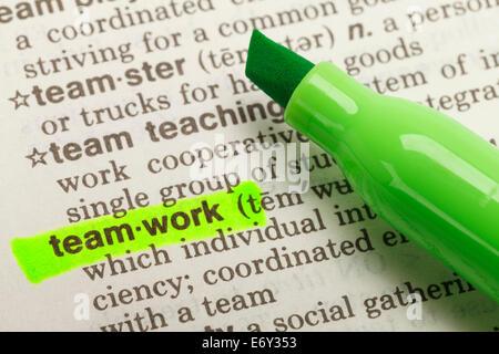 Das Wort Teamarbeit im Wörterbuch mit grüne Markierung Textmarker hervorgehoben. - Stockfoto