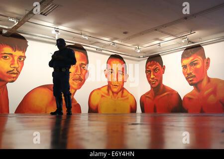 Sao Paulo, Brasilien. 1. September 2014. Ein Mann bleibt vor einer unbetitelten Gemälde des brasilianischen Künstlers, - Stockfoto