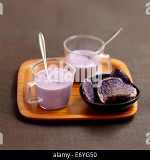 Creme der Vitelotte Kartoffelsuppe und Vitelotte Chips - Stockfoto