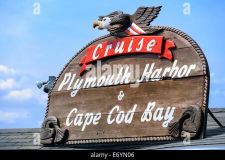 Ein kunstvoll geschnitzt Holzschild für Kreuzfahrten von Plymouth Harbor und Cape Cod Bay. Plymouth, Massachusetts - Stockfoto