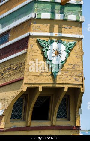 Eine geschnitzte Blossom von Hawthorne oder Englisch Mayflower geschnitzt auf dem Heck des Mayflower II im Hafen - Stockfoto