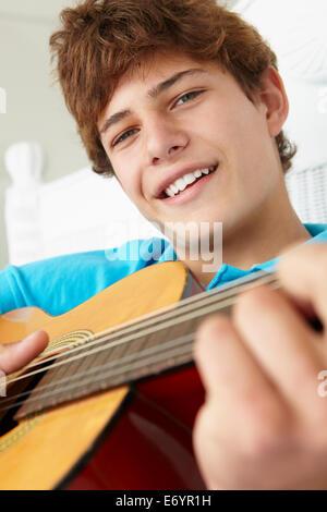Teenager spielen Akustikgitarre - Stockfoto