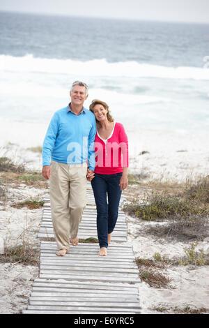 Älteres Paar zu Fuß am Meer - Stockfoto