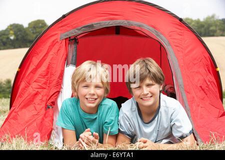 Junge Burschen auf camping-Ausflug - Stockfoto