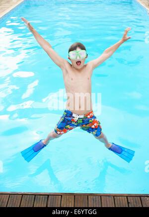 Junge Sprung ins Freibad - Stockfoto