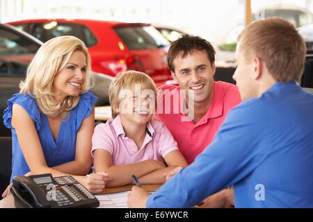 Familie Neuwagen kaufen - Stockfoto
