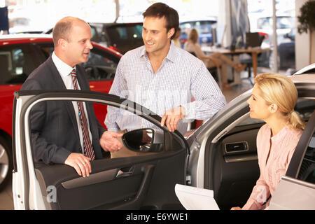 Paar Kauf Neuwagen - Stockfoto