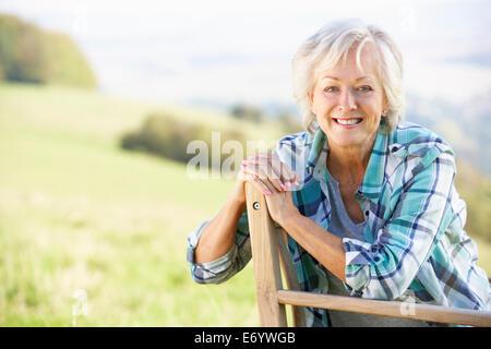 Ältere Frau sitzt im freien - Stockfoto
