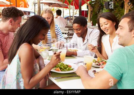 Gruppe von Freunden genießen Mittagessen im Restaurant unter freiem Himmel - Stockfoto