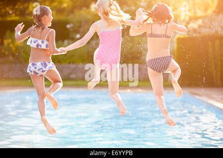 Gruppe von Mädchen spielen im Freibad Stockfoto