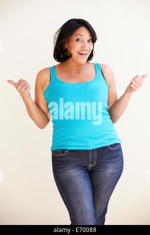 Studioportrait Of Smiling übergewichtige Frau - Stockfoto