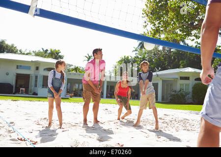 Familie, Volleyball spielen, im Garten zu Hause - Stockfoto