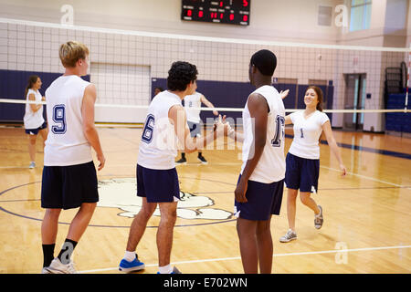 High School Volleyball Match im Gymnasium - Stockfoto