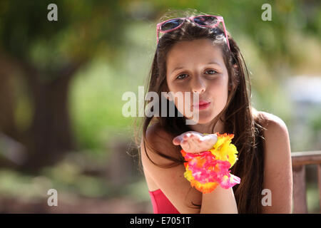 Porträt eines Mädchens im Park weht einen Kuss