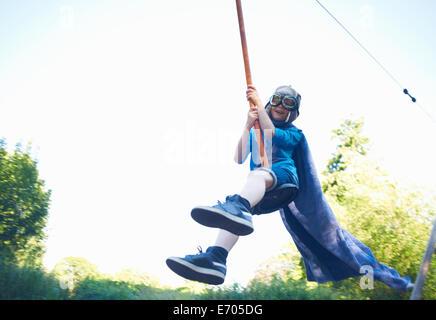 Kleiner Junge verkleidet, auf Seilrutsche - Stockfoto