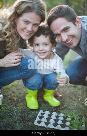 Porträt von Mitte erwachsenes paar und Sohn in Zuteilung - Stockfoto