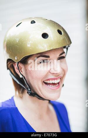 Porträt des Lächelns Mitte Erwachsene Frau Radfahrer tragen Fahrradhelm - Stockfoto