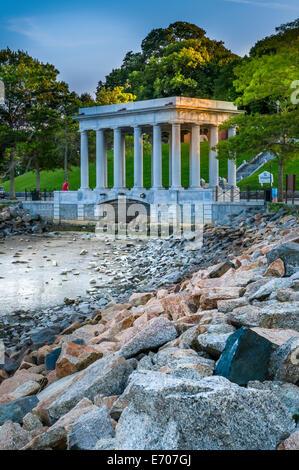 Das Denkmal mit dem Plymouth Felsen, der Stein, auf dem die Mayflower Pilger im Jahre 1620 landeten. Massachusetts - Stockfoto