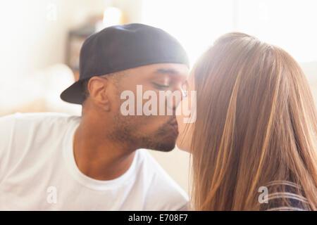 Mitte erwachsenes paar küssen - Stockfoto
