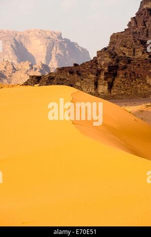 Jordanien. Wadi Rum ist auch bekannt als das Tal des Mondes. Sanddünen. - Stockfoto